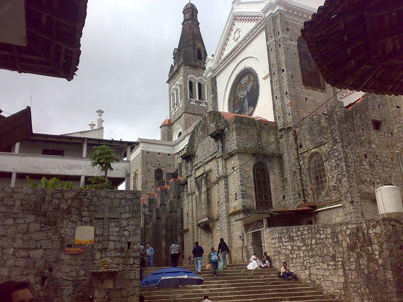 800px-Parte_trasera_de_la_Catedral_de_Cuetzalan